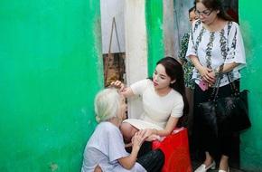 Hoa hậu Kỳ Duyên cùng mẹ về quê làm từ thiện