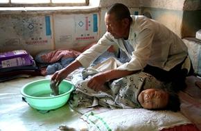 Xúc động cụ ông 70 chăm mẹ già 96 tuổi nằm liệt giường