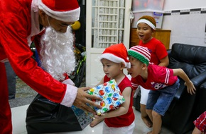 """TP.HCM: """"Ông già tuyết"""" tất bật đi phát quà Noel kiếm tiền triệu"""