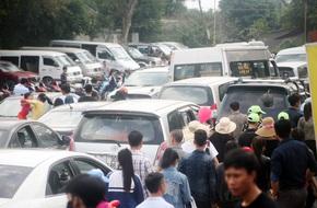 Ô tô, xe máy chen chật cứng trên đoạn đường vào cánh đồng hoa hướng dương tại Nghệ An