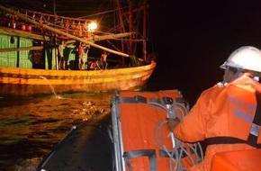 Cứu sống 12 ngư dân Quảng Ngãi gặp nạn