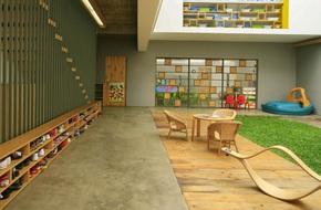 Giữa một khu vực dân cư đông đúc, vẫn có ngôi trường mầm non thoáng rộng và đầy cỏ xanh