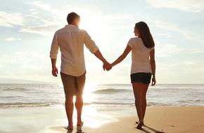 Đã bao lâu rồi vợ chồng bạn không nắm tay nhau? Cử chỉ đơn giản này có ích đến bất ngờ...