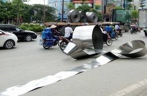 Hà Nội: Cuộn inox nặng hơn 5 tấn bất ngờ rơi xuống đường, nhiều người hốt hoảng bỏ chạy