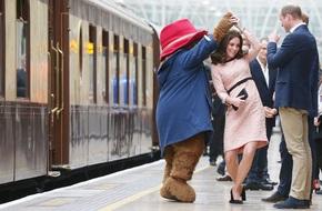 Công nương Kate bất ngờ xuất hiện rạng rỡ, khiêu vũ trên sân ga London
