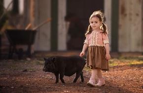 Ngất ngây trước những bức ảnh đẹp lịm tim mẹ chụp cho con gái và thú cưng