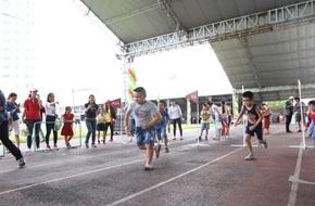 """Khởi động ngày hội """"AIA Vitality Day """" gợi ý nhiều hoạt động thể dục cho cả gia đình"""