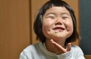 Bị mẹ 'dìm hàng' không thương tiếc nhưng biểu cảm mặt xấu của cô bé 5 tuổi vẫn khiến dân mạng điêu đứng