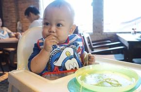 Con ăn 2 tiếng không hết bát cháo, mẹ đã thay đổi chiến lược giúp con ăn trong vòng 30 phút