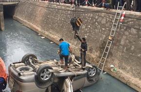 Hà Nội: Ô tô 4 chỗ lật ngửa dưới mương, nữ tài xế mắc kẹt trong xe