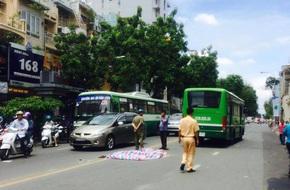TP HCM: Bất ngờ ngã xuống đường, một phụ nữ bị xe buýt cán tử vong