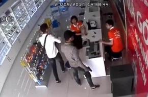 Bắc Ninh: Hai thanh niên xông vào cửa hàng điện thoại khống chế các nhân viên, cướp tài sản