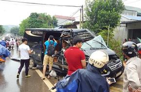 Tai nạn nghiêm trọng, người dân dùng xà beng giải cứu một phụ nữ kẹt trong xe Limousine