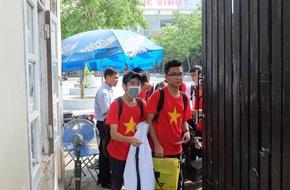 Học sinh Trường THPT Lương Thế Vinh buồn bã, trầm lắng trước sự ra đi của thầy Văn Như Cương