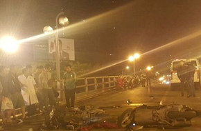 Hà Nội: Xe máy chở 3 nam thanh niên tông nhau trên cầu vượt Thái Hà, một người tử vong