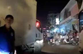 TP.HCM: 3 tài xế xe tải hung hăng chặn đường hăm dọa, đòi đánh người lái ô tô Grab