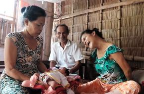 Đằng sau cảnh người mẹ điên ú ớ chăm con gái sơ sinh, vẫn còn một câu chuyện cảm động khác về tình mẫu tử