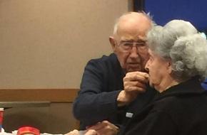 Nhìn cụ ông 96 tuổi đến cuối đời vẫn bón cơm cho người vợ mất trí, ai cũng sẽ thốt lên