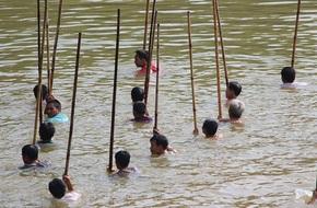 'Choáng' trước cảnh có 102: Cả làng nhảy xuống sông Tích bắt cá