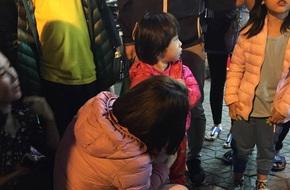 Người mẹ đánh con ở siêu thị lại lạc con ở công viên giữa trời lạnh, người dân đưa bé giao cho công an