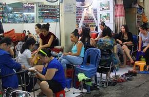 Chỉ 50 ngàn đồng chị em vừa được làm nail vừa tám sự đời ở con hẻm nhỏ của Sài Gòn