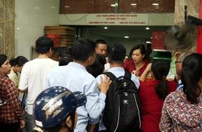 Hà Nội: Phố Thụy Khuê tắc nghẽn vì dòng người ùn ùn đổ về mua bánh Trung thu gia truyền