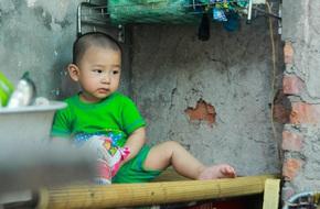 Hạnh phúc hồn nhiên của cậu bé 13 tháng tuổi ngủ bên vỉa hè, quán hàng của mẹ