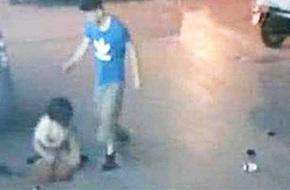 Người chồng đánh đập vợ mang song thai dã man trên phố vì nghe lời mẹ