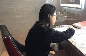 Lộ ảnh Phương Mỹ Chi học bài trong toilet khi lưu diễn ở nước ngoài giữa bão tin đồn bỏ học đi hát kiếm tiền