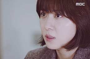 Ngỡ ngàng khi Ha Ji Won quỳ sụp trước mặt