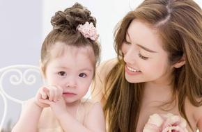 """Con gái Elly Trần đáng yêu đến """"chảy tim"""" khi mặc váy đôi nô đùa bên mẹ"""
