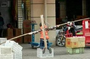 Bố dựng cột trói con trai nhiều giờ trên phố để phạt tội