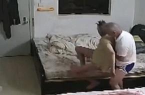Mải đi làm kiếm tiền nuôi cha, con trai chết lặng khi phát hiện sự thật xảy ra trong nhà