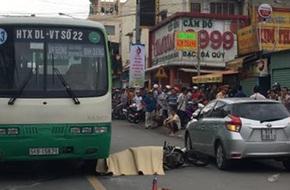 Bình Dương: Cô gái 26 tuổi chết thảm vì cánh cửa xe ô tô đậu ngược chiều mở bất ngờ