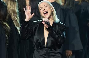 Christina Anguilera gây chấn động khi mang hit kinh điển 'I will always love you' lên sân khấu AMA 2017