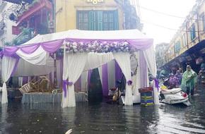 Ai sắp cưới nhớ xem dự báo thời tiết, đừng như hôm nay, bão đánh sập rạp, khách tưởng đám cưới con gái Thủy Tề