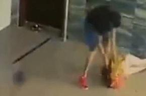 Rùng mình cảnh nam thanh niên đạp đầu, quật mạnh bạn gái xuống sàn, hàng chục người chứng kiến dửng dưng