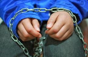 Bé trai 6 tuổi bị bảo mẫu hành hạ dã man vì nghi trộm đồ