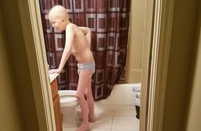 Chẳng người mẹ nào không tan nát cõi lòng khi chứng kiến con đau đớn vì ung thư thế này