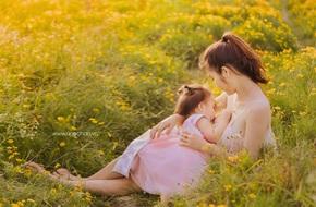 Mẹ 9x làm dậy sóng mạng xã hội với bức ảnh ngực trần cho con bú giữa thiên nhiên