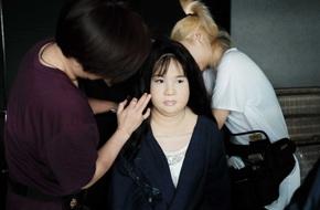 Minh Hằng di chuyển vất vả, phải nín thở khi mang 15kg sillicon lên người