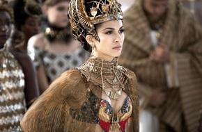 Từ vũ nữ thoát y trở thành Hoàng hậu vĩ đại nhất thế giới, xoay chuyển cả luật pháp để bảo vệ phụ nữ