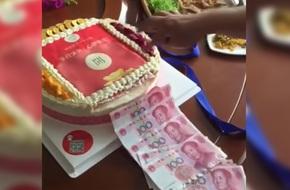Nịnh mẹ chồng, nàng dâu làm bánh sinh nhật nhả ra tiền độc  nhất vô nhị