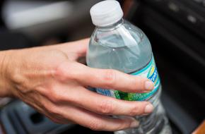Để chai nước trong xe hơi là hành động cực kỳ nguy hiểm, cảnh sát khuyến cáo chủ xe nên lưu ý