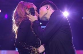 Minh Hằng thẹn thùng khi Trịnh Thăng Bình bất ngờ khóa môi trên sân khấu