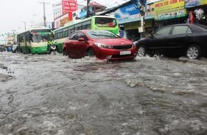 Mưa lớn, dông lốc khiến nhiều tuyến đường Sài Gòn ngập nặng