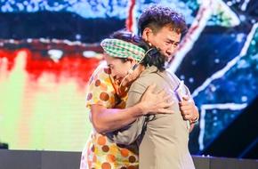 Xuân Bắc gây bất ngờ cho khán giả khi khóc nức nở trên sân khấu