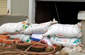Hà Nội: Sợ bão số 4 gây mưa lớn, chung cư – biệt thự 'tậu' bao cát chặn hầm chống ngập