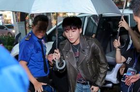Mặc mưa to, hàng ngàn fan vẫn xếp hàng chờ đợi Sơn Tùng M-TP
