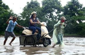 Hà Nội: Người dân kiếm hàng triệu đồng với dịch vụ giải cứu xe và người thoát khỏi nơi ngập úng